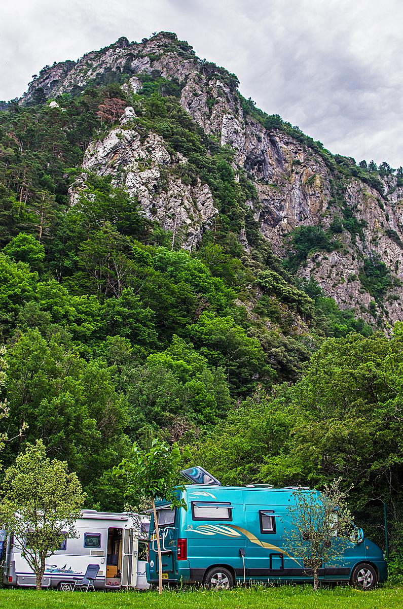 camping en el valle de hecho, junto a selva de oza, en pirineos