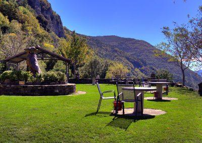 Terraza y zona de juegos con vistas sobre el valle