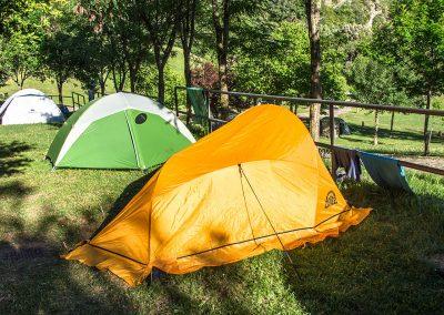 Camping en el Valle de Hecho Pirineos en una pradera de hierba natural: parcelas de diferentes tipos.